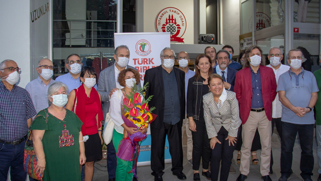 Değerli Sanatçı Rutkay Aziz, Altın Koza Onur Ödülü'nü Düzenlenen Bir Törenle TTB'ye Verdi